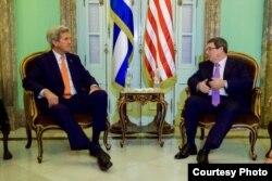 John Kerry con el canciller cubano Bruno Rodríguez.