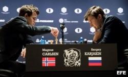 (i-e) Magnus Carlsen y Serguéi Kariakin.