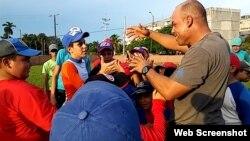 El tercera base cubano Michel Enríquez, del equipo Isla de la Juventud saluda a niños y simpatizantes.