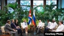 Valentina Matvienko en reunión con Raúl Castro en La Habana.
