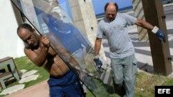 Archivo - Trabajadores desmontan vidrios en el malecón de La Habana (Cuba).