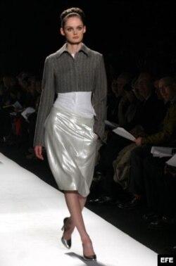 Una modelo presentaba el 8 de febrero de 2005 una propuesta de la colección Otoño de Narciso Rodríguez en una de las pasarelas de la Semana de la Moda de Nueva York.