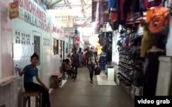 Puestos de venta de ropa y zapatos baratos en Stabroek Market, frecuentados por compradores cubanos en Georgetown, Guyana