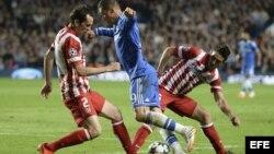 El delantero Fernando Torres lucha el balón con Koke Resurreción y el uruguayo Diego Godín