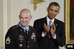 El sargento Ty M. Carter (i) recibió la Medalla de Honor por sus acciones durante operaciones de combate en el distrito de Kamdesh, provincia de Nuristán en Afganistán en octubre de 2009.