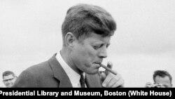 Kennedy fuma un tabaco en Hyannis Port, Massachusetts, el 11 de mayo de 1963. (Foto: Cecil Stoughton. White House Photographs)