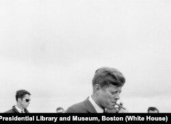 Kennedy fuma un puro habano.