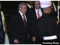 Raúl Castro pasa revista a la Guardia de Honor en el Aeropuerto Panamá Pacífico.