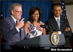 Obama saluda al cuerpo diplomático en Cuba.