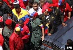 El presidente boliviano, Evo Morales (i), y el vicepresidente venezolano, Nicolás Maduro (ci), junto a cientos de seguidores, acompañan el féretro del fallecido presidente de Venezuela, Hugo Chávez.