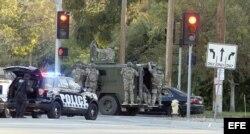 Fuerzas especiales de respuesta llegan al lugar donde fueron abatidos los sospechosos del ataque en San Bernardino, California.