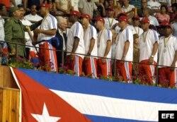 Fidel Castro conversa con los peloteros cubanos que ganaron la medalla de plata en el Clásico Mundial de Béisbol en 2006.