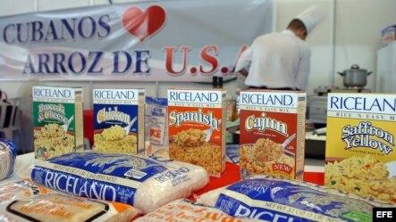 Archivo - Un chef (al fondo) cocina arroz estadounidense en la 24 edición de la Feria Internacional de La Habana (FIHAV 2006).