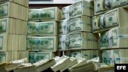Varios fajos de dólares estadounidenses. Se estima que Cuba le debe al Club de París entre 15 y 16 mil millones de dólares.