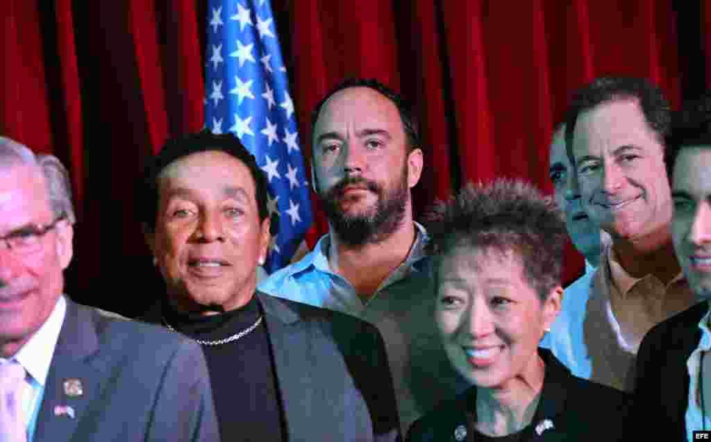 """El músico estadounidense William """"Smokey"""" Robinson (2i) y el músico sudafricano nacionalizado estadounidense Dave Mattews (c), posan, junto a otros miembros del Comité Estadounidense Presidencial para las Artes y Humanidades tras el acto de clausura de la"""