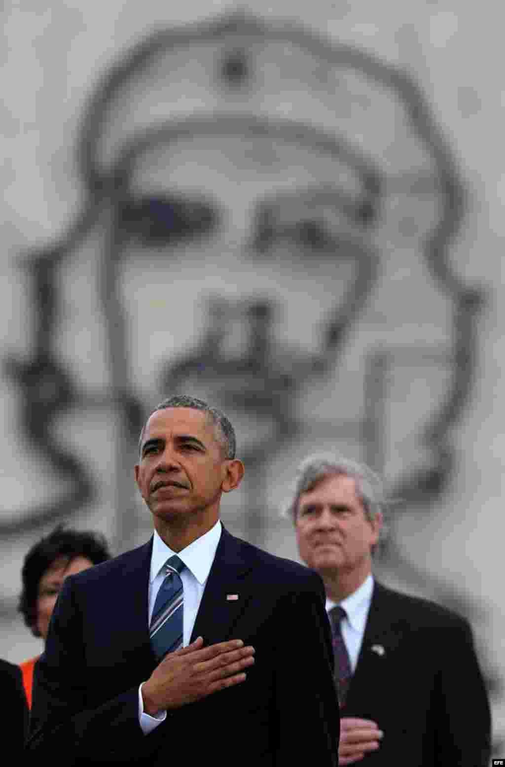 El presidente de Estados Unidos Barack Obama durante la ofrenda floral ante el monumento del prócer cubano José Martí hoy, lunes 21 de marzo de 2016.