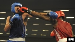 El cubano Lenier Pero (d) intercambia golpes con el argentino Yamir Peralta (i), durante su pelea de semifinales de los 91 kilogramos crucero de los Juegos Panamericanos 2011.