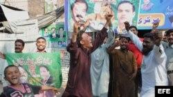 Simpatizantes de Nawaz Sharif celebran su triunfo en las urnas.