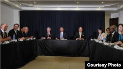 Obama compartió en el Foro de la Sociedad Civil en Panamá con los opositores cubanos Manuel Cuesta Morúa (2d-i) y Laritza Diversent (3i)