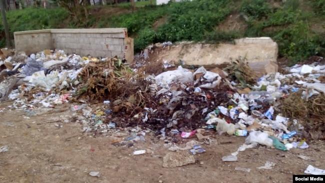 La basura se acumula en las cercanías de la escuela primaria Antonio Guiteras Holmes (San Juan y Martínez). Foto Serafín Moran