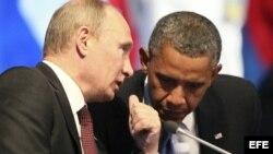 El presidente de Rusia, Vladimir Putin (i), conversa con su homólogo estadounidense, Barack Obama