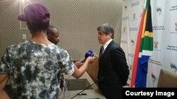 El embajador cubano en Pretoria, Carlos Fernández de Cossio, habla con la prensa.