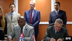 El presidente del Consejo de Administración del puerto de Cleveland, Darren McNail (i), y el director general de la Autoridad Marítima de Cuba, José Joaquín Prado Falero (d), firman un memorando de entendimiento hoy, viernes 06 de octubre de 2017, en La H