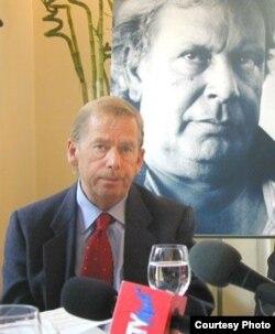Vaclav Havel en presentación de libro del entonces detenido Raúl Rivero