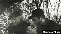 Herbert L. Matthews entrevista a Fidel Castro en la Sierra Maestra.