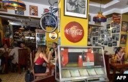 Turistas en el restaurante La Vitrola en La Habana.