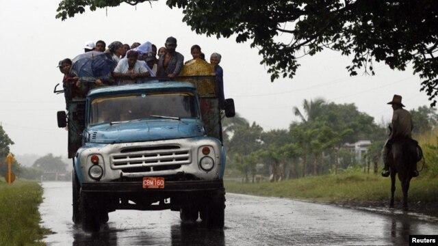 Para los cubanos es algo común viajar largos trayectos apiñados a bordo de un camión.