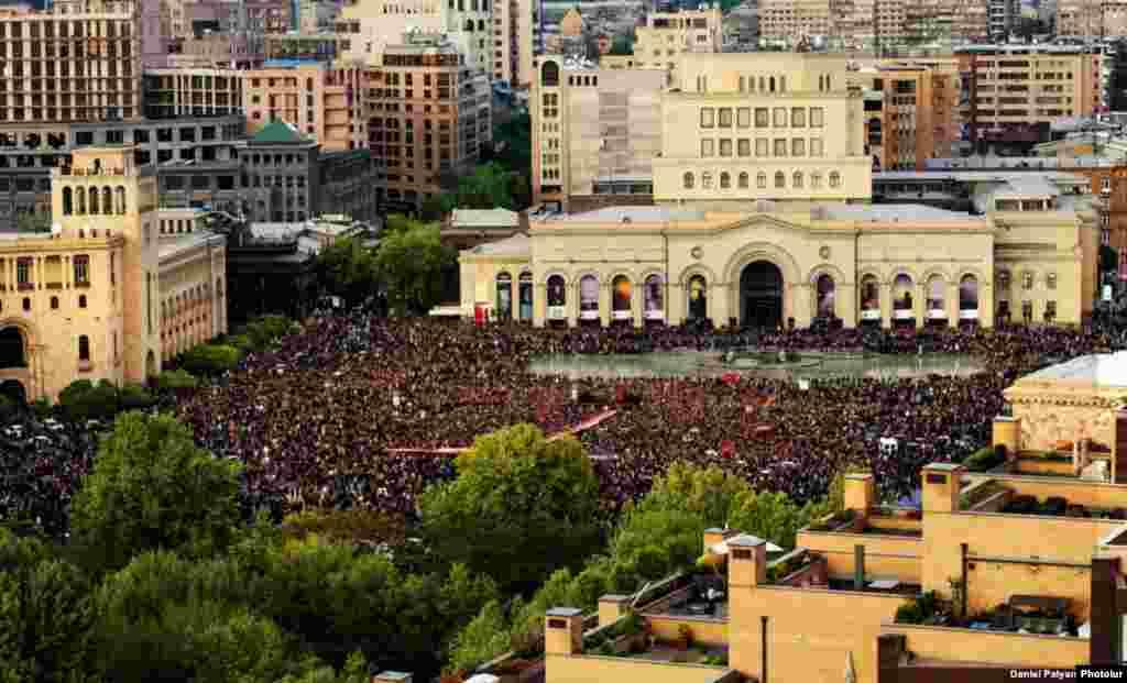 Protesta en la plaza central de Ereván, Armenia.