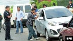 Policía hondureña buscan huellas en el vehículo donde se movilizaba el periodista Alfredo Villatoro.