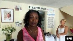 Berta Soler (i), líder de las Damas de Blanco, junto a la opositora cubana María Cristina Labrada (d) en la sede de ese movimiento el viernes 12 de octubre de 2012, en La Habana (Cuba).