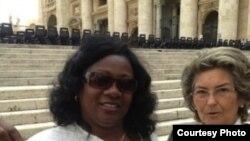 Berta Soler enseña este miércoles su invitación a la audiencia general con el Papa Francisco en el Vaticano.