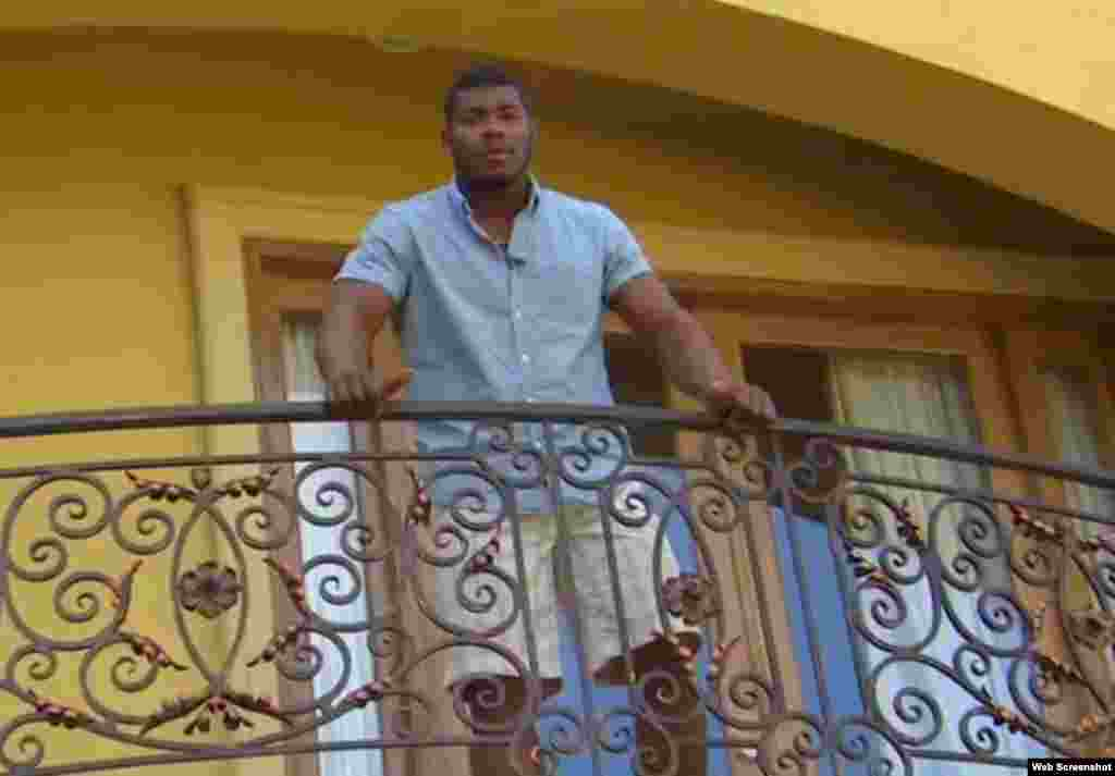 El cienfueguero Yasiel Puig, jardinero derecho de los Dodgers, en el balcón de su casa en Los Ángeles, California.