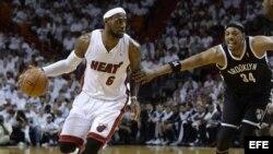 El jugador del Heat LeBron James (i) es marcado por Paul Pierce (d), de los Nets.