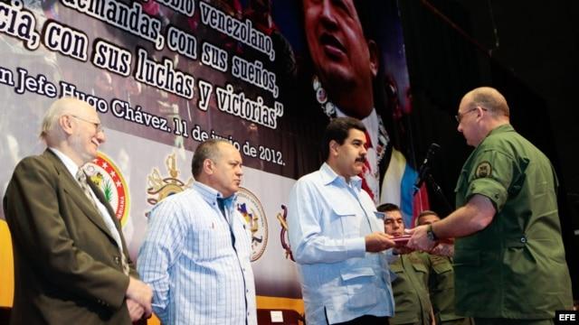Nicolás Maduro (c) y al presidente de la Asamblea Nacional, Diosdado Cabello (2-i)