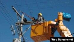 Trabajos en líneas eléctricas en Cuba. Archivo.