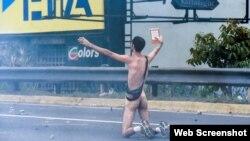 Hans Herhard Wuerich, el estudiante venezolano que protestó desnudo frente a las fuerzas represivas.