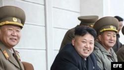 Kim Jong-un (c) observa una práctica de tiro en la Academia Militar, en Pyongyang (Corea del Norte).
