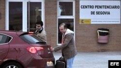 El dirigente de Nuevas Generaciones Ángel Carromero (d) a su salida esta tarde de la Prisión de Segovia tras la obtención del tercer grado o régimen abierto que le ha concedido hoy Instituciones Penitenciarias. EFE/Valentín Gonzalo
