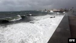 """Fuertes olas chocan contra el muro del malecón de La Habana (Cuba) por los coletazos de """"Isaac"""". EFE/Alejandro Ernesto"""