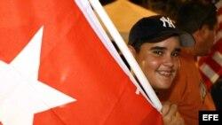 Niño sostiene bandera cubana en manifestación de exiliados cubanos. Archivo.