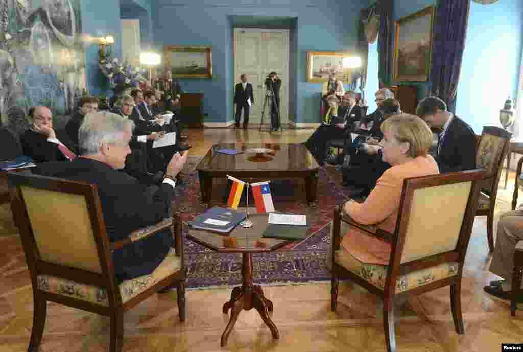 Sebastián Piñera (I) y la canciller alemana Angela Merkel se reúnen este sábado en Santiago de Chile.
