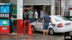 Varias estaciones de servicio que expenden solo gasolina especial amanecieron cerradas en La Habana este sábado.