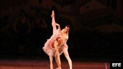 Fotografía donde se aprecia a Lorena Feijoo y Rolando Sarabia en un momento de la interpretación de Don Quijote con el Ballet Clásico Cubano de Miami. Foto de archivo