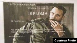 Diploma a graduados de escuela primaria en Cuba con foto de Fidel Castro