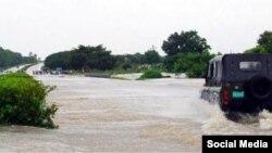"""Una carrtera inundada en la región central de Cuba por las lluvias de la tormenta """"Alberto"""""""