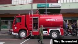 Uno de los camiones de los bomberos frente a la tienda Yumurí. (Foto: Elio Delgado Valdés vía Cubanet)
